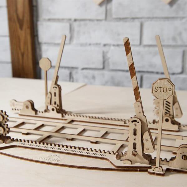 Railles de train, passage à niveau, Timer 20 mn, ugears, puzzle 3d, maquette, bois, loisirs créatifs, écologique 1